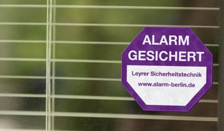 Alarmanlagen - Mit einer Alarmanlage gesichertes Objekt, der Aufkleber als erster Einbruchsschutz