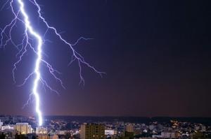 Aus einem Gewitter schlägt ein Blitz in der Stadt ein - schützen Sie ihre Geräte vor Überspannung