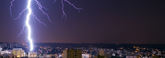 Blitzeinschlag über einer Stadt - es könnte auch Sie treffen!